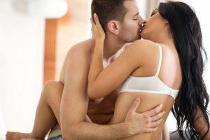 ペアーズで出会った女性とキスしてその後裸になる