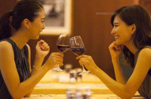 30代女性が二人で乾杯