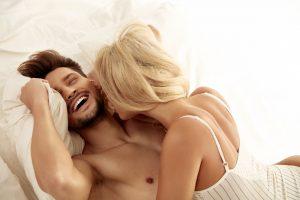 ベッドでいちゃつく