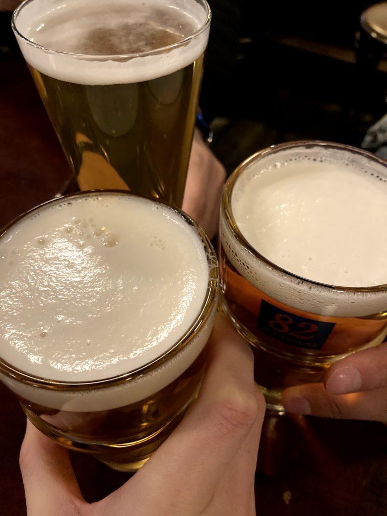 ドラッカーのナンパ仲間とビールで乾杯の写真
