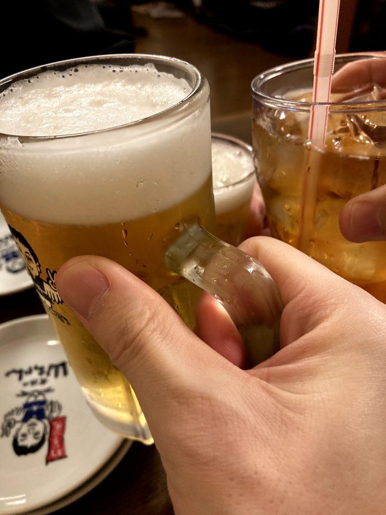 ナンパ講習生とビールで乾杯している写真
